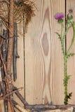La composizione nella decorazione sui bordi di legno del fondo allineati ha fatto la o Fotografie Stock Libere da Diritti
