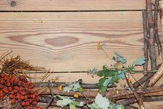 La composizione nella decorazione sui bordi di legno del fondo ha allineato fatto di Fotografia Stock Libera da Diritti