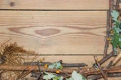 La composizione nella decorazione sui bordi di legno del fondo ha allineato fatto di Fotografie Stock