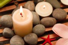 La composizione nella stazione termale con sale marino, le candele, sapone, sguscia, screma per il fronte su fondo di legno Fotografia Stock