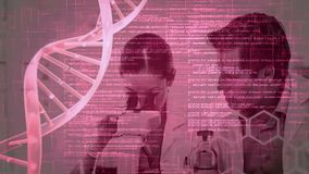 La composizione in scienza ha animato il DNA con testo codificato combinato con una foto degli scienziati c stock footage
