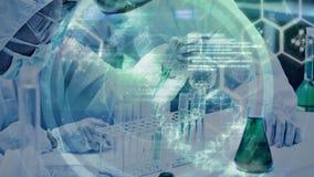 La composizione in scienza ha animato il DNA si è combinata con la foto dello scienziato in laboratorio co archivi video