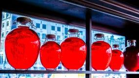 La compote de fruits rouge mis en bouteille et a placé comme décoration Images stock