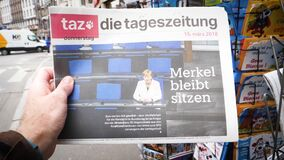 La compra de la lectura del hombre alemana muere periódico del tageszeitung almacen de video