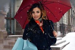 La compra hermosa de la calle de la nieve de la mujer presenta a Navidad Año Nuevo Fotos de archivo