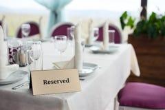 La compressa è riservata sulla tavola nel ristorante Fotografia Stock Libera da Diritti