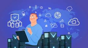 La compressa della tenuta dell'uomo d'affari sopra i server della nuvola di protezione dei dati concentra con l'ospitalità infogr royalty illustrazione gratis