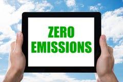 La compressa di Digital della tenuta dell'uomo con le emissioni zero manda un sms a sullo schermo immagine stock
