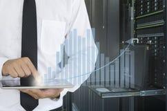La compressa di uso dell'uomo di affari per analizza nel centro dati Immagine Stock Libera da Diritti