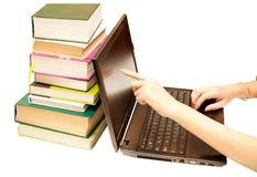 La computadora portátil y los libros, enciclopedias Fotografía de archivo