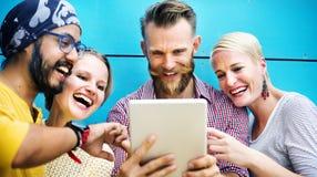 La comunicación de la discusión de los amigos de la diversidad comienza para arriba concepto imagen de archivo