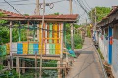 La comunità di legno anziana della casa ha individuato vicino al canale Immagine Stock