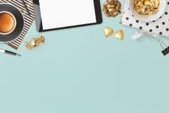 La conception d'en-tête de site Web avec le charme féminin objecte au-dessus du fond bleu Image stock