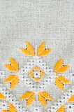 La conception de broderie par le coton jaune et blanc filète sur le lin Fond avec la broderie Images stock