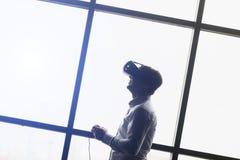 La conception de casque de VR est générique et aucun logos, lunettes de port de réalité virtuelle d'homme observant des films ou  Photo libre de droits