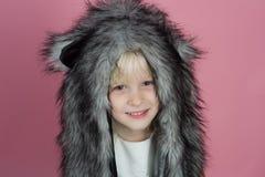 La conception de chapeau d'amusement est sûre d'amuser Petite écharpe de chapeau d'hiver d'usage de fille Petit fashionista Souri photo libre de droits