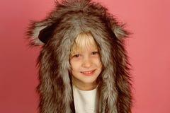 La conception de chapeau d'amusement est sûre d'amuser Petite écharpe de chapeau d'hiver d'usage de fille Petit fashionista Souri images libres de droits