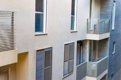 La conception de l'immeuble moderne avec des balcons photo libre de droits