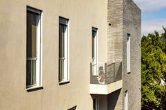 La conception de l'immeuble moderne avec des balcons images stock