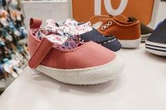la conception de variété des chaussures d'enfant montrent l'échantillon à vendre Photo stock