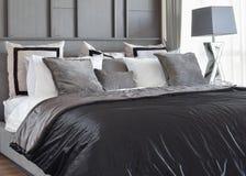 La conception intérieure de chambre à coucher élégante avec le noir a modelé des oreillers sur le lit photo libre de droits