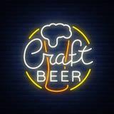 La conception originale de logo est un métier de style du néon de bière pour une maison de bière, bar de barre, taverne de brasse Photographie stock libre de droits