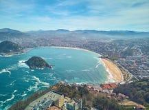 La Concha de圣SebastiA ¡ n海滩的鸟瞰图从登上Igueldo,Donostia的 r 免版税库存图片