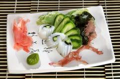 La concha de peregrino del menú del sushi rueda con el pepino y la alga marina Fotos de archivo libres de regalías