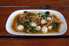 La concha de peregrino frita picante que chisporrotea tailandesa sirve en el plato Imágenes de archivo libres de regalías