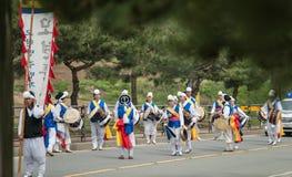 La conclusione degli agricoltori tradizionali della Corea mostra, gli agricoltori che il ballo ha accaduto per celebrare il racco Immagini Stock Libere da Diritti