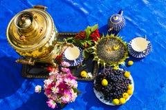 La conclusione dell'estate Samovar, tazze di tè, fiori fotografia stock