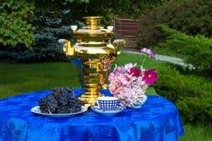 La conclusione dell'estate Samovar, tazze di tè, fiori e regali o fotografie stock libere da diritti