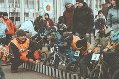 La concorrenza dilettante dei bambini equilibrare la bicicletta sul quadrato di Lenin, insieme di Reade va immagine stock
