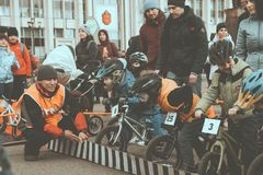 La concurrence amateur des enfants d'?quilibrer la bicyclette sur la place de L?nine, ensemble de Reade disparaissent image stock