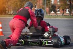 La concurrence de Karting, le participant pousse le jeune homme dans karting pour karting, course, plan rapproché photographie stock libre de droits