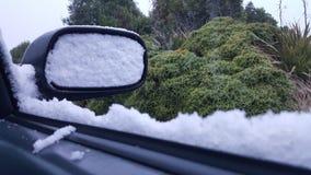 La condition de conduite d'hiver de la neige a couvert le miroir latéral image libre de droits
