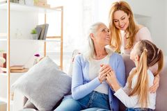 La condition parentale tendre adoucissent le confort de maternité de célébration d'aide d'aide Images libres de droits