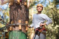 La condizione ben costruito sicura della donna sente l'albero Immagine Stock Libera da Diritti