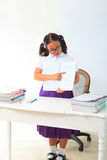 La condizione della ragazza ed indica un libro nella stanza di codice categoria   Fotografia Stock