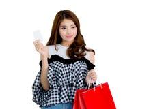La condizione emozionante felice della donna ed i sacchetti della spesa variopinti ed il dito della tenuta indicano qualcosa isol Fotografia Stock