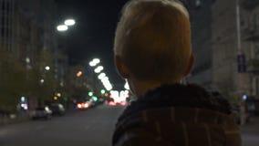 La condizione persa del bambino da solo sulla via, polizia sorveglia la ricerca il bambino di mancanza archivi video
