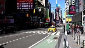 La conducción de automóviles en la 7ma avenida en Times Square en Nueva York almacen de video
