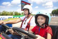 La conducción del padre y de la hija va kart imagenes de archivo