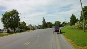 La conducción a lo largo del campo de Amish pareció 2 caballo y cochecillos almacen de metraje de vídeo