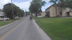 La conducción a lo largo del campo de Amish pareció 2 caballo y cochecillos almacen de video