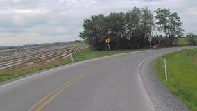 La conducción a lo largo del campo de Amish pareció a los niños de Amish en un carro tirado potro almacen de video