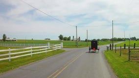 La conducción a lo largo del campo de Amish pareció un caballo y un cochecillo abierto almacen de metraje de vídeo