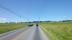 La conducción a lo largo del campo de Amish pareció un caballo y un cochecillo almacen de metraje de vídeo