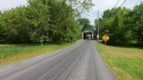 La conducción a lo largo del campo de Amish pareció un puente cubierto del vintage con un caballo y un cochecillo abiertos que pa almacen de metraje de vídeo