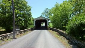 La conducción a lo largo del campo de Amish pareció un puente cubierto del vintage almacen de metraje de vídeo